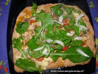 pizza con funghi, hummus e rucola