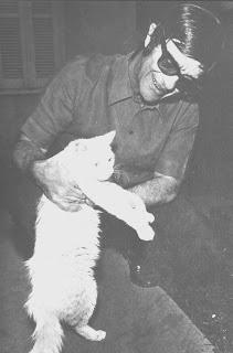Chico Xavier segurando um gato branco