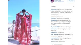 Foto Kebaya Merah Transparan Julia Perez Jupe di Pantai Bali Menerawang
