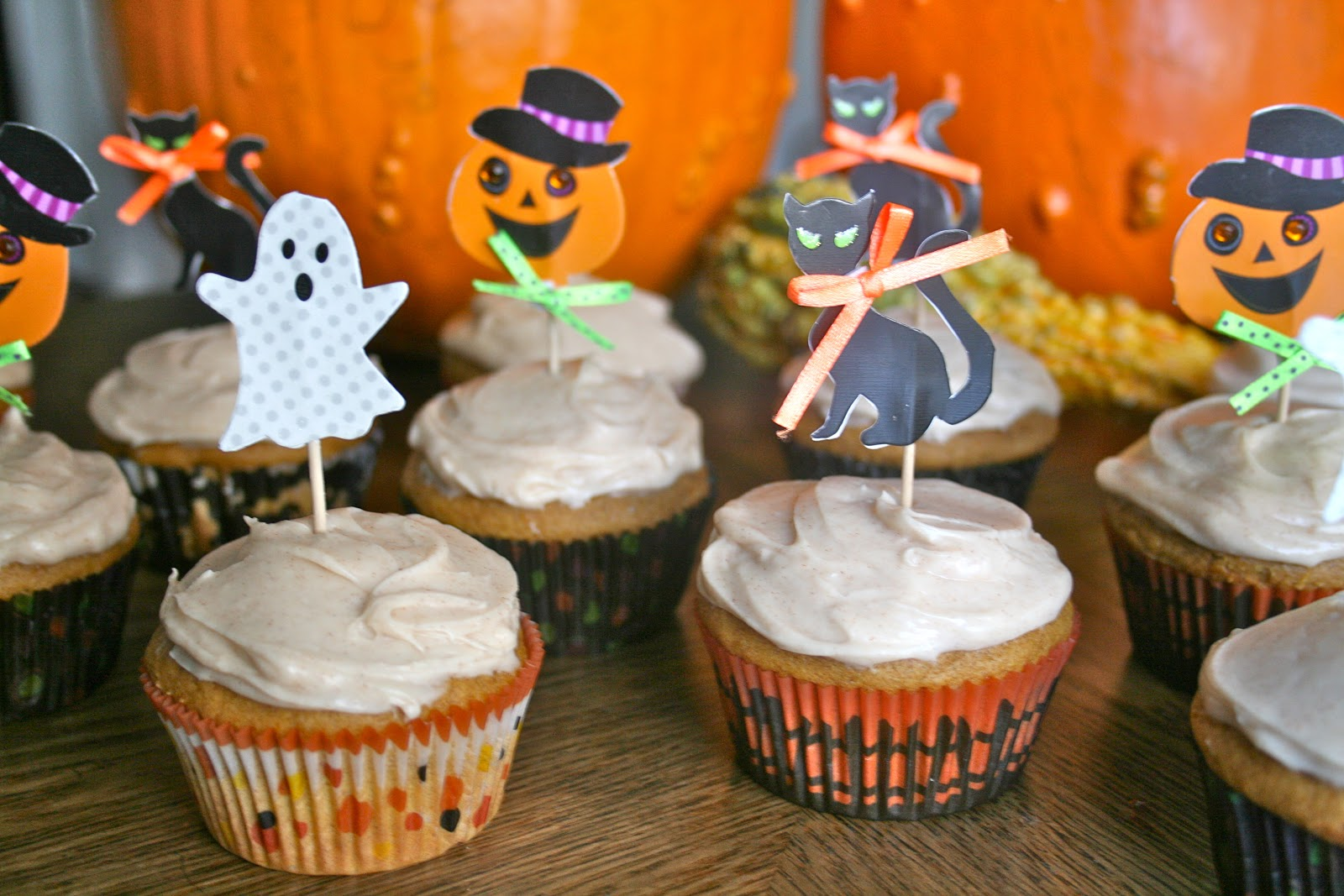 Bake - a - holic: Pumpkin Spice Cupcakes w/ Cinnamon Honey Frosting