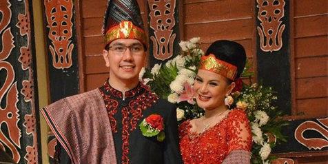 Pasangan Gerhard Reinaldi Situmorang dan Astrid Tiar Melakukan Prosesi Adat Batak di Gedung Dhanapala, Kementrian Keuangan, Jakarta Pusat, Sabtu (21/7/12)