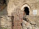 El mur de migdia amb el portal d'entrada de Sant Genís Sadevesa, des del cementiri del davant