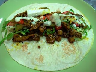 Receta de kebab de pollo con especias y salsa blanca