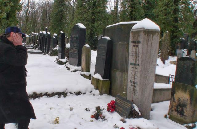 Franz Kafka tumba, Cementerio de Praga con Kafka