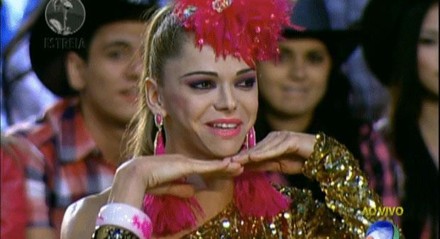 Miss Cocoricó! Cheia de plumas e paetês, Léo Áquilla recebe apelido dos peões (Foto: Reprodução/Record)