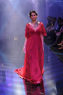 beautiful sonam kapoor very gorgeous on the ramp hot images
