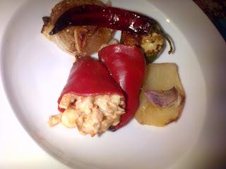 Pimientos rellenos de Gambones, Salmon y Surimi con asado de verduras y salsa de Nata con Mango
