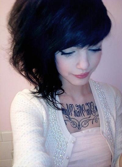chica con una frase tatuada, tatuajes de frases y letras en mujeres