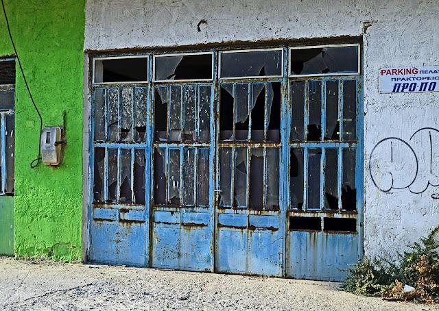 Греция Крит Ретимно Платанес брошеная дорожная техника