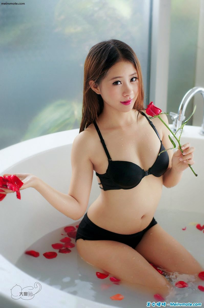 Bathtub beauty struck ecstasy