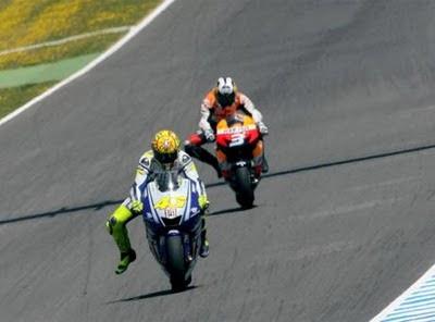 Alasan Kenapa Rossi Menurunkan Kaki Di Tikungan [ www.BlogApaAja.com ]