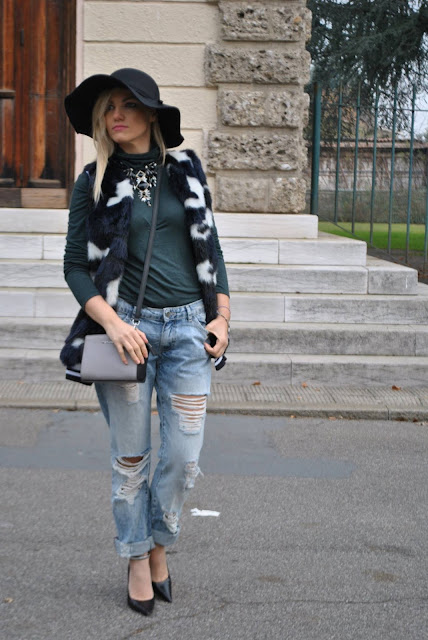 jeans boyfriend strappati come abbinare i jeans strappati gilet pelliccia ecologica faux fur vest ripped boyfriend jeans  outfit casual invernali outfit da giorno invernale outfit dicembre 2015 december outfit casual winter outfit mariafelicia magno fashion blogger colorblock by felym fashion blog italiani fashion blogger italiane blog di moda blogger italiane di moda fashion blogger bergamo fashion blogger milano fashion bloggers italy italian fashion bloggers influencer italiane italian influencer