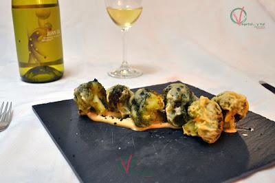 Mini bónsais de brócoli en tempura sobre cremoso de soja.