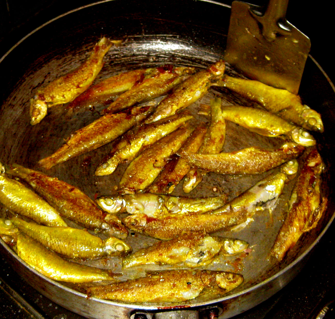 Odisha cuisine small fishes fry pohala macha bhaja for Best oil for frying fish