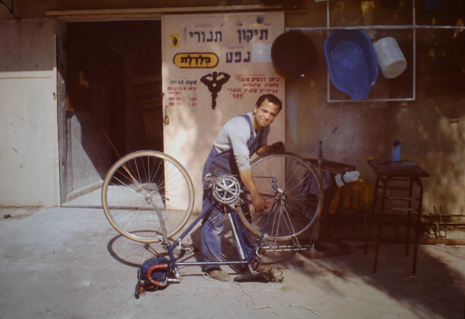 Allzweckmechaniker in Israel beim Reparieren eines Fahrrads.