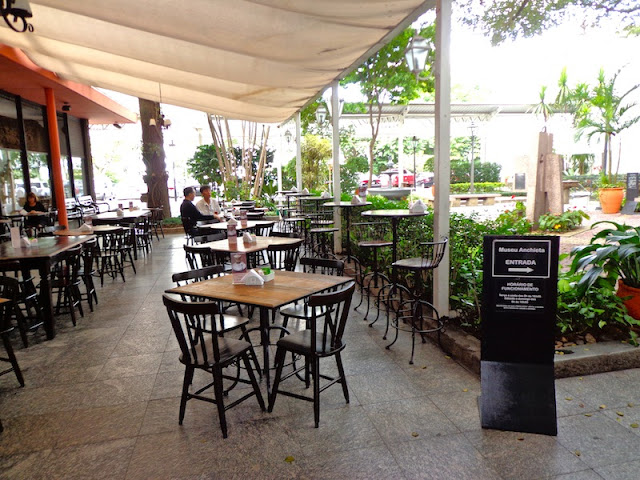 PARTE INTERNA DO CAFÉ DO PATEO COM JARDIM
