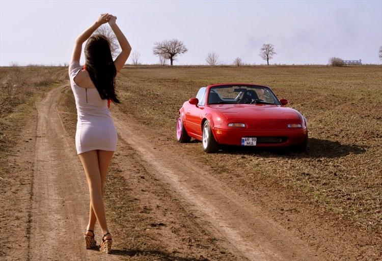 dziewczyna i auto, pozuje, modelka, japońskie fury, mazda mx-5 miata
