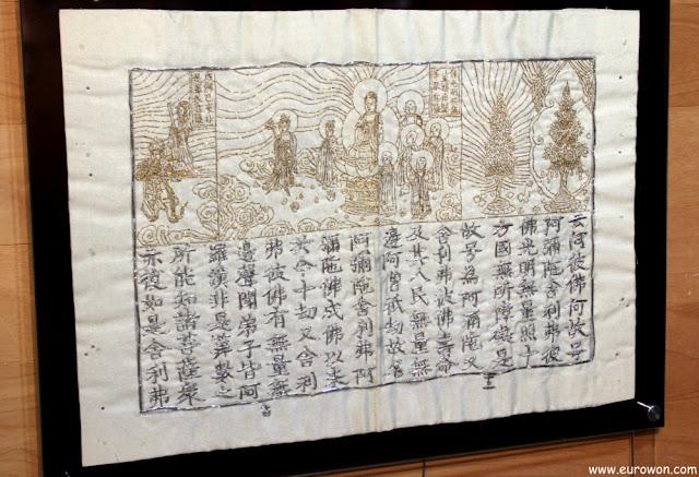 Bordado plateado de escrituras budistas en hanja con dibujo dorado