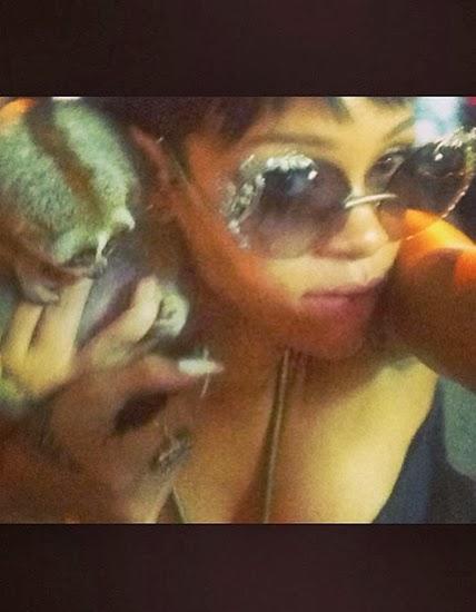 """Спорный """"selfie"""". Рианна позирует с обезьяной, которая считается исчезающим видом. После этого фото певица получила судебный иск за контрабанду животных"""