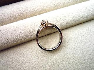 フルオーダーエンゲージリング(婚約指輪)の横姿にうっとり。