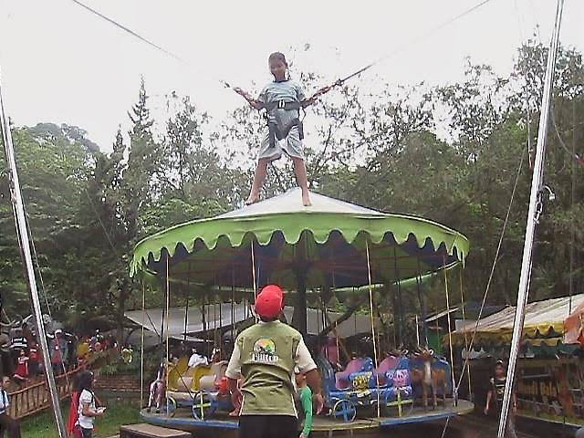 Acleng aclengan di trampolin plun bungee