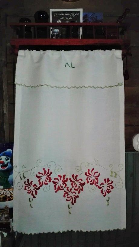 Pyyhetelineen liinan eli käspaikan on kirjaillut joku ML.