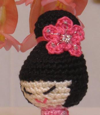 Detalle del tocado de kokeshi amigurumi rosa