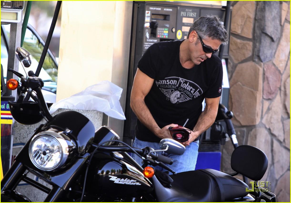http://2.bp.blogspot.com/-Qw4mroSmKWY/UCUIg-FDA4I/AAAAAAAAEjk/RWwiM90jnf8/s1600/george-clooney-motorcycle-01.jpg