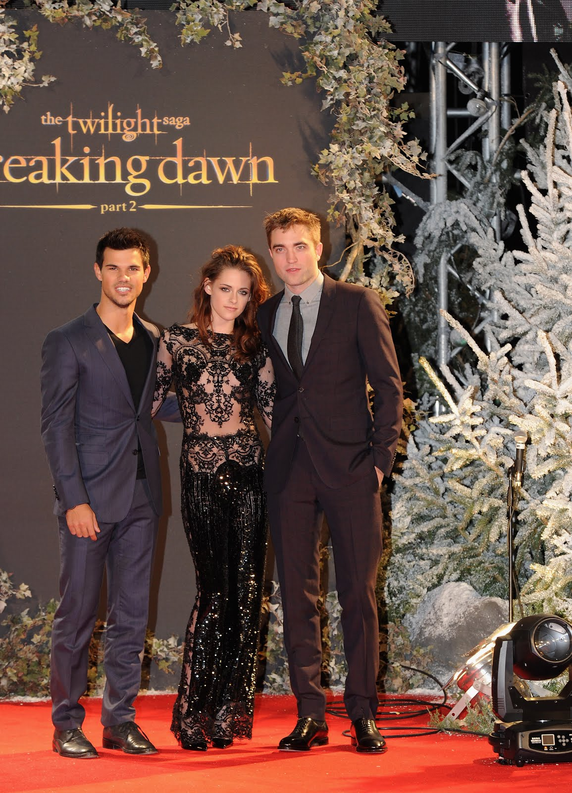 00O00 London Menswear Blog Celebrity Style Robert Pattinson in Burberry - London Premiere of Twilight: Breaking Dawn Part 2