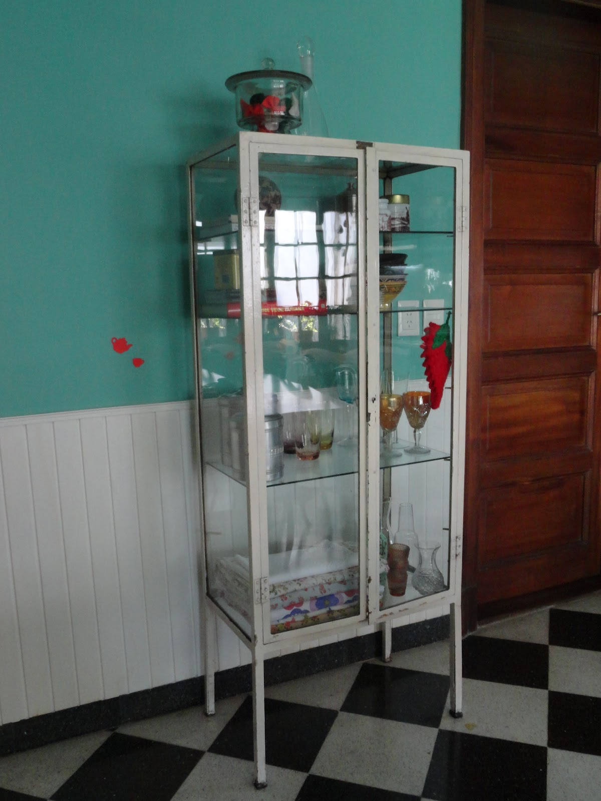 Decorando odd vitrina de medico - Muebles marroquies en madrid ...