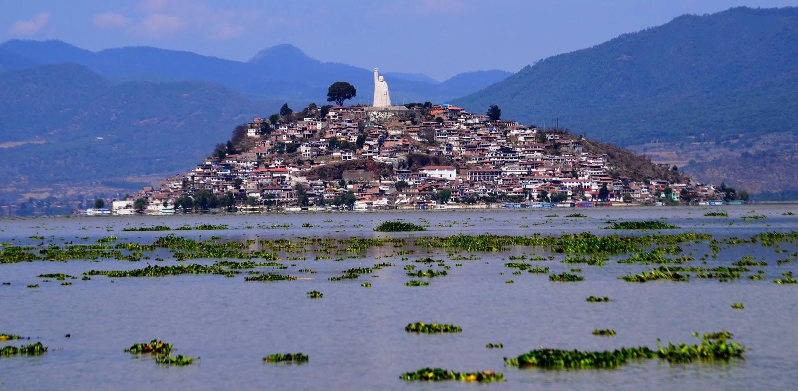 Vista de frente de la isla de Janitzio en el lago de Pátzcuaro