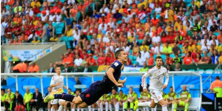 Aksi terbang Robin van Persie saat mencetak gol ke gawang Spanyol.