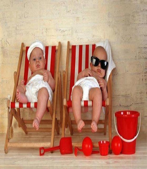 Deux jolis bébés bien reposés sur leurs chaise-longue
