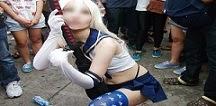 TP HCM: Sốc với cô gái thản nhiên tốc váy để mọi người chụp ảnh