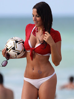 claudia-romani-and-soccer-ball-at-the-beach-01