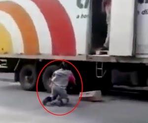 Entregador caindo no chão
