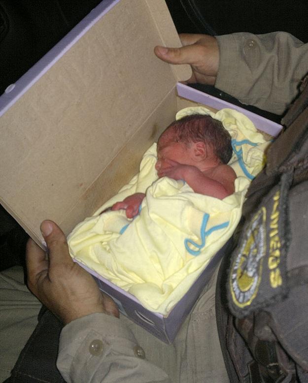 Recém-nascido é encontrado em caixa de sapatos em Salvador (BA)