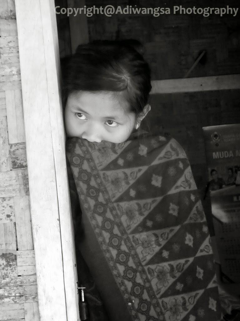Gadis yang sedang berdiam diri di depan pintu rumahnya