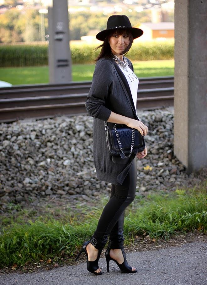 outfit-trend-fashionblogger-lederleggings-printshirt-cardigan-lederpatches-cutout-heels-hut-nieten-hmtrend