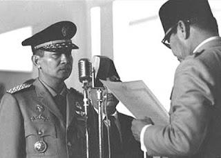 Saat Soekarno melantik Soeharto sebagai Presiden RI ke-2