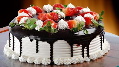 Delicioso pastel de fresa con chantilly y chocolate
