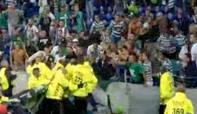 Stewards removem faixa de apoio da claque do Sporting
