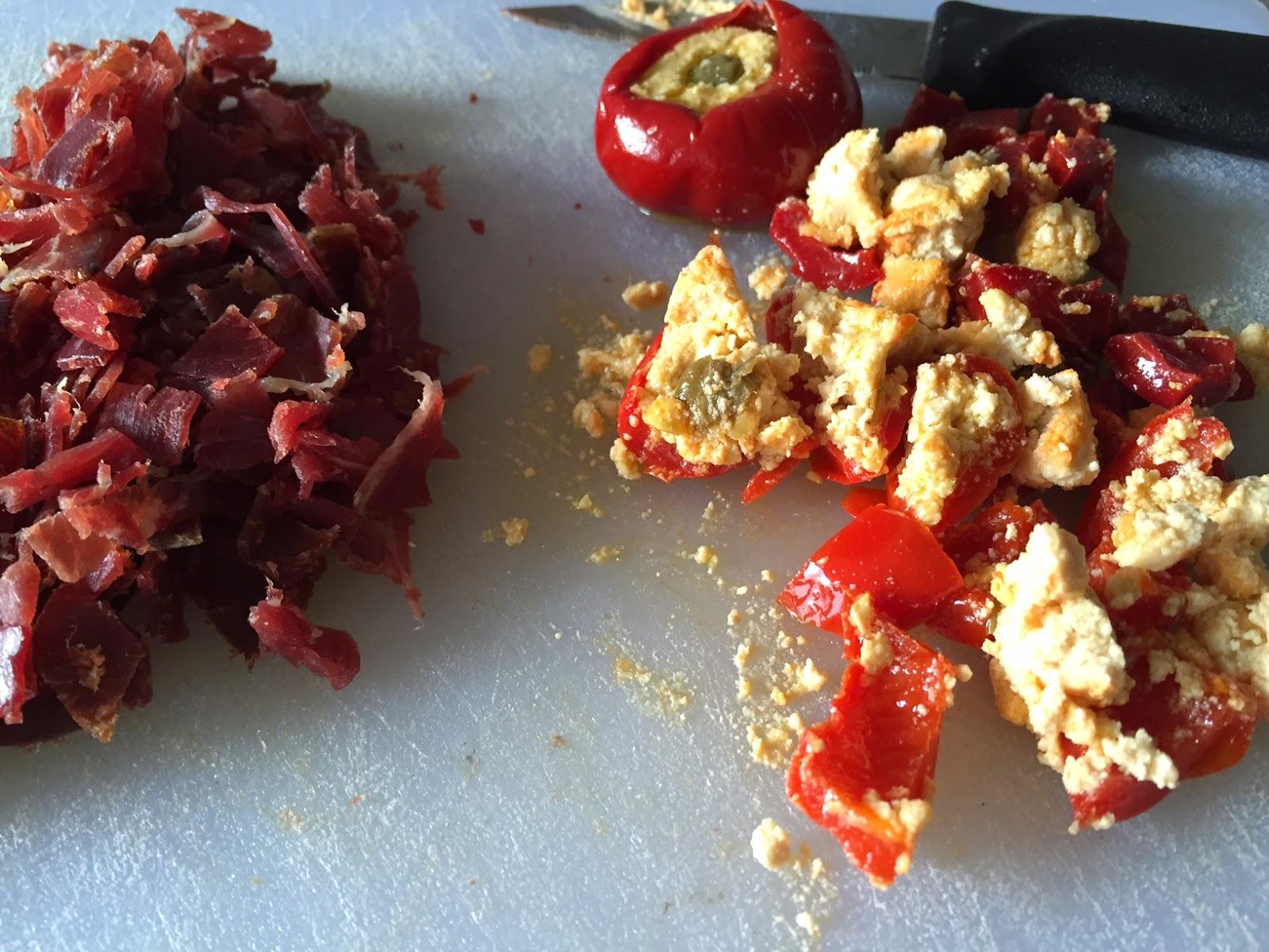 Bollitos de cecina y pimientos rellenos de queso, cortando cecina y pimientos.
