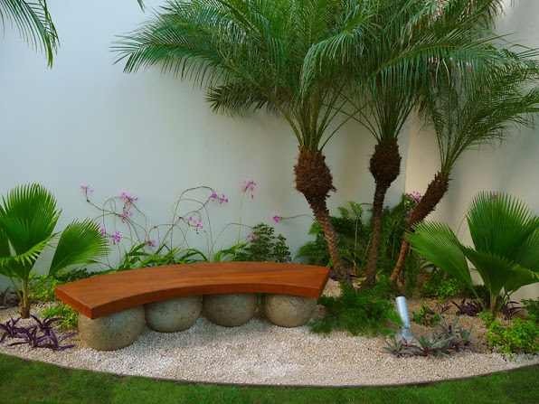 diseño de jardines de lujo  banca de madera tropical sobre esferas