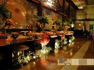 mesa de doce, painel de voil impresso, arranjos florais, flores esculpidas, bandejas de porcelanas brancas
