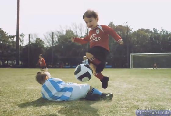 video kanak-kanak main bola secara pro