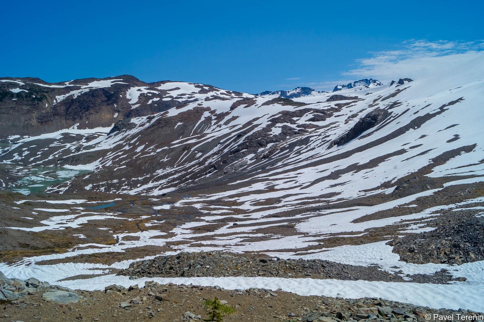 Чем выше мы забирались, тем пейзаж становился более снежным и пустынным