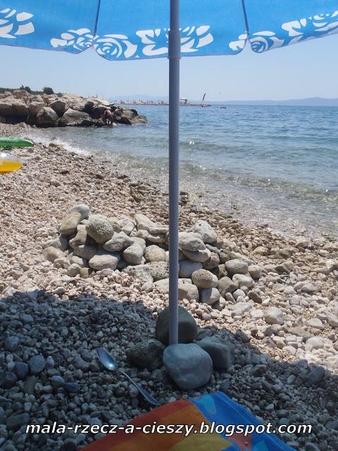 Jak łatwo zamontować parasol plażowy?