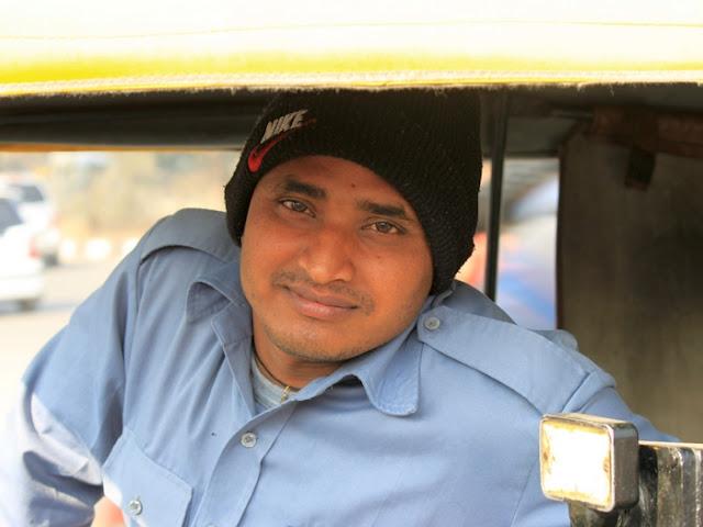 водитель моторикши индус