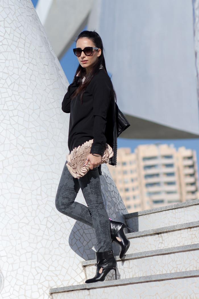 Outfit Bloguera de moda Valencia en Negro y Gris con pantalones reversibles de Meltin' Pot y Botines estilo neo punk con pinchos estilo Anthony Vaccarello